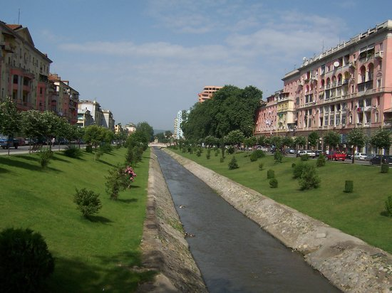 Tirana, Albanija: the main river intercepted the two main streets