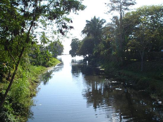 จาโค, คอสตาริกา: un río que desemboca en la playa