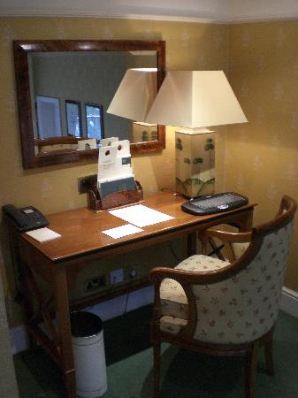 Parkes Hotel: the writing desk.