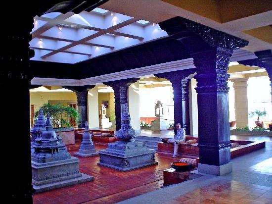 Hyatt Regency Kathmandu : hall del hotel, con música nepalí en vivo