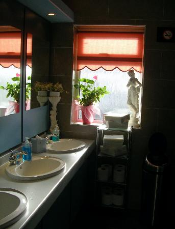 Гирван, UK: Check out the Loos - 5 star!!!