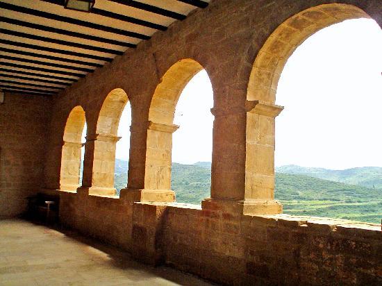 Navarra, Spania: magnifica vista desde el porche de la iglesia