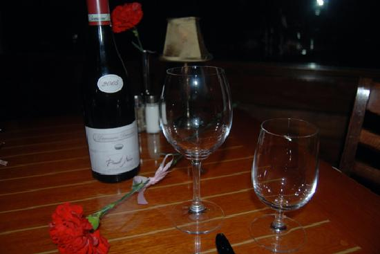 Bass Lake, Californien: We brought in wine for our Valentine's Dinner 2/08