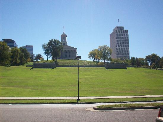 Tennessee State Capitol: brilliant green grass