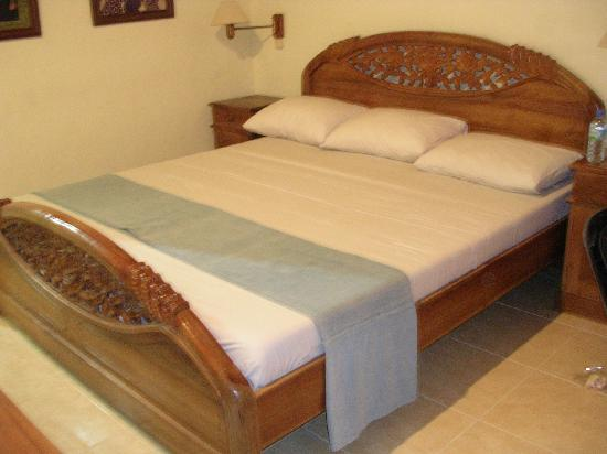 The Sari Beach: Bed in Standard room
