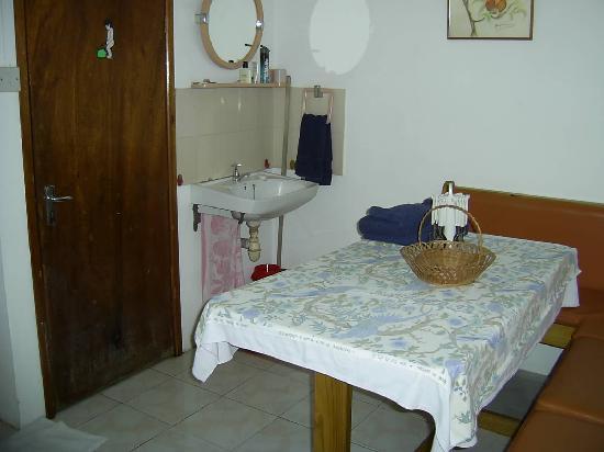 Krissy's Apartments : Kitchen