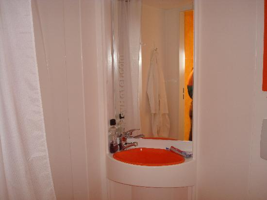 easyHotel Budapest Oktogon: Bathroom - toilet is just off-picture to the bottom right