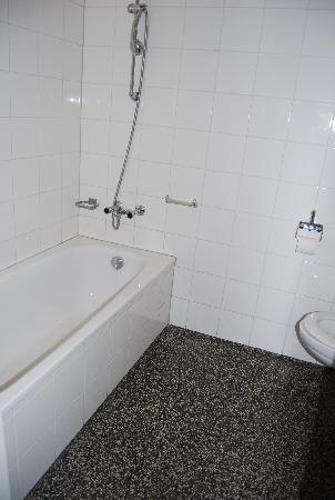 Hotel Impala: the shower