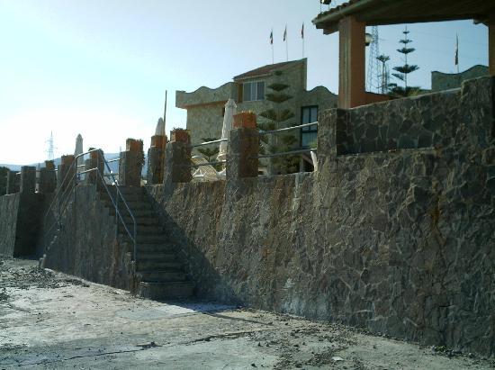 Santo Stefano di Camastra, Italia: Vista albergo dalla spiaggia