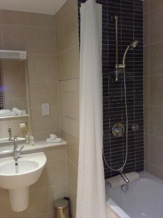 Dolphin House Serviced Apartments: bathroom