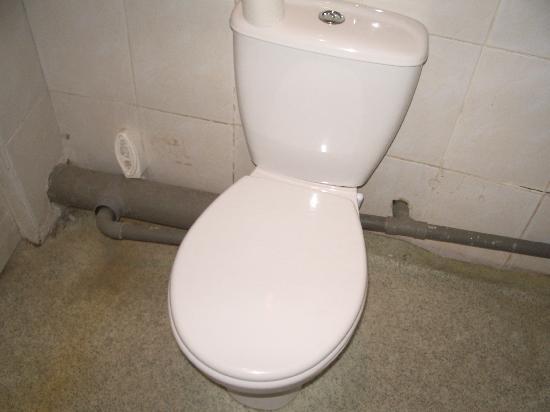 Hotel Rama: tuberias en el baño, el suelo es un plástico que simula azulejo