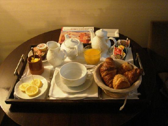 Hotel Garonne: Cafe, tea, chocolate, fresh fruit, fresh juice, croissants, milk, chocolate and jam