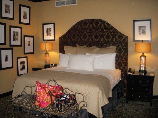 Hotel ZaZa Dallas : Notorious Suite Bed
