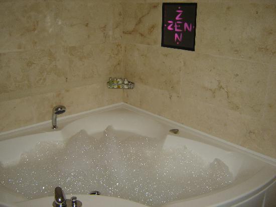 Kreutzwald Hotel Tallinn: Whirlpool bath in ZEN room