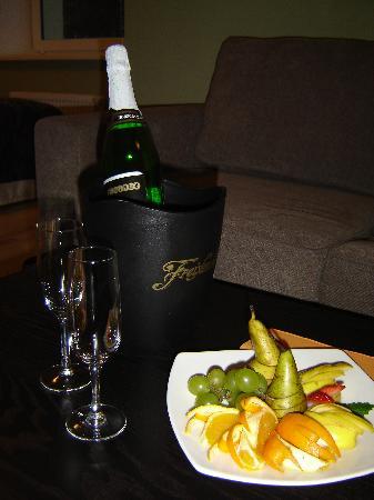 Kreutzwald Hotel Tallinn: Sparkling wine and fruit at arrival