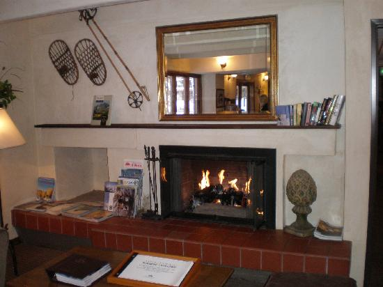 Hotel Durant: Lobby with fireplace..very cozy
