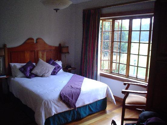 Lone Creek River Lodge: bedroom of riverfront suite