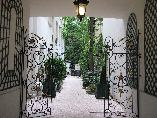 Hotel de Varenne : The entrance to the hotel (from the street)