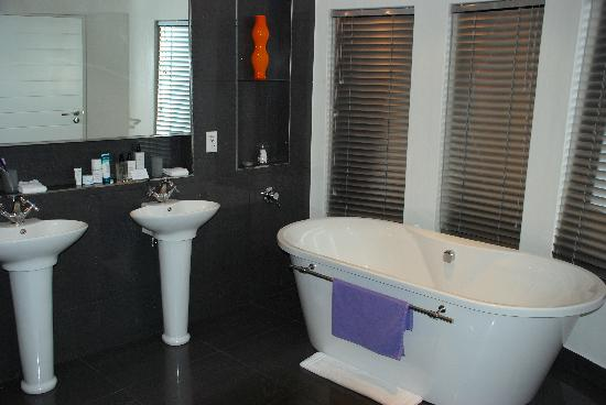 Villa Afrikana Guest Suites: Bathroom