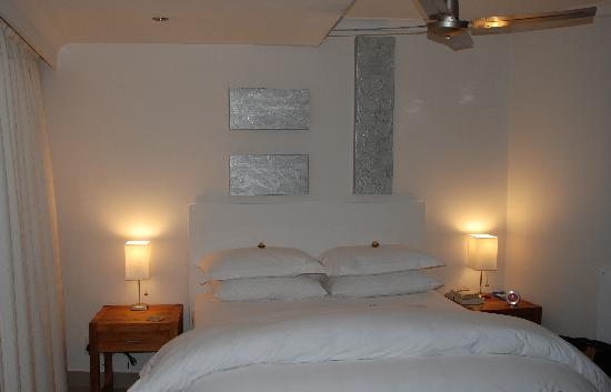 Villa Afrikana Guest Suites: Bedroom at night