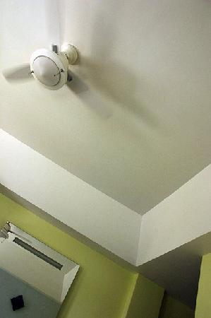 Hotel Roosevelt: Room ceiling