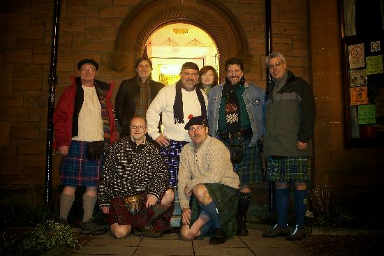 Ferintosh Guest House: Photo of guests and hosts (kilt friendly of course)