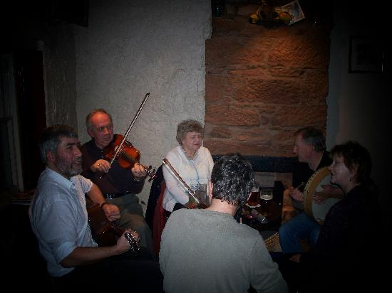 Ferintosh Guest House: Enjoy music at local pubs