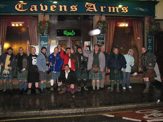 Ferintosh Guest House: Group in front of Caverns arms  a local eatery
