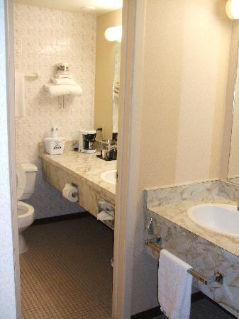 Days Inn London: Room 212 Bathroom