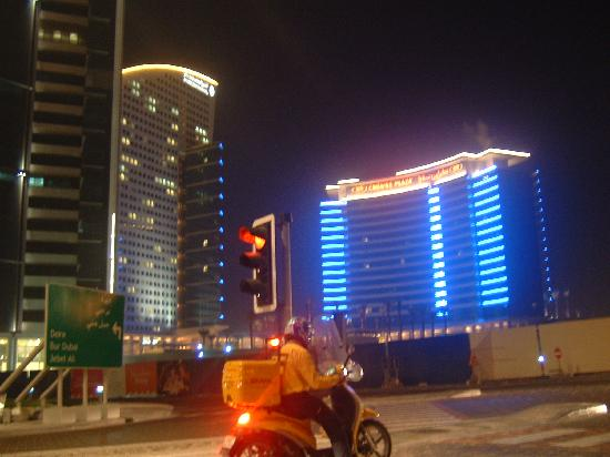 InterContinental Dubai Festival City: Hotel at night