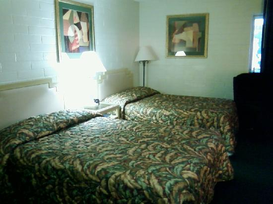 Yuma Cabana Motel : Double bed interior, with slider to outside.