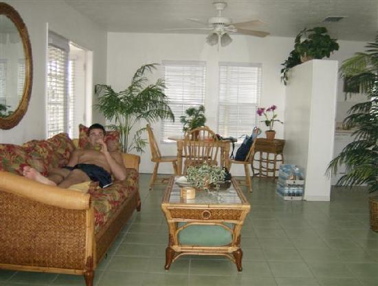 Tradewinds Beach Resort: Main living area with pull out sofa