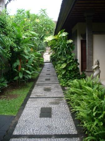 Hotel Puri Bambu: walk path to the villas