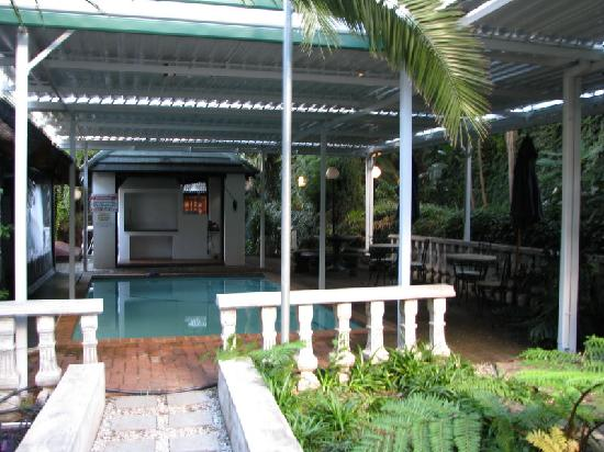 Amper Bo Guest House: This is the pool and breakfast area.
