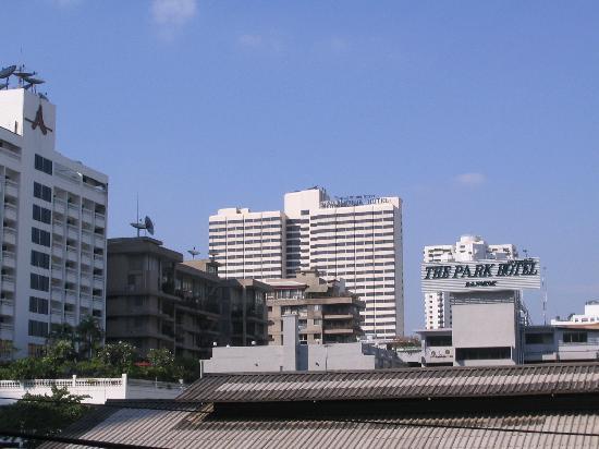 Royal Benja Hotel: Blick auf Hotel von der nächstgelegenen Sky Train Station