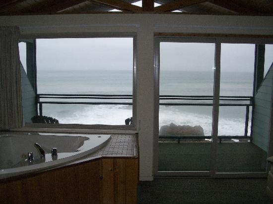Inn of the Lost Coast: Hot Tub with a view