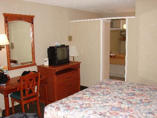 Vagabond Inn Chula Vista: Bed and TV/Dresser