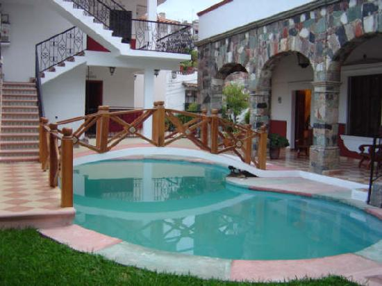 Hostal Villa San Francisco: area de la piscina y recepcion