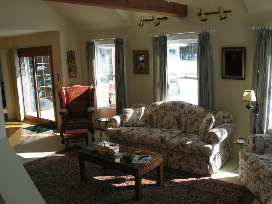 Pleasant Street Inn Bed & Breakfast: Another view of the formal livingroom...