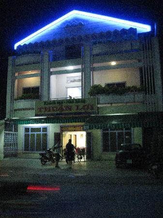 Thuan Loi Hotel: front of the hotel at night