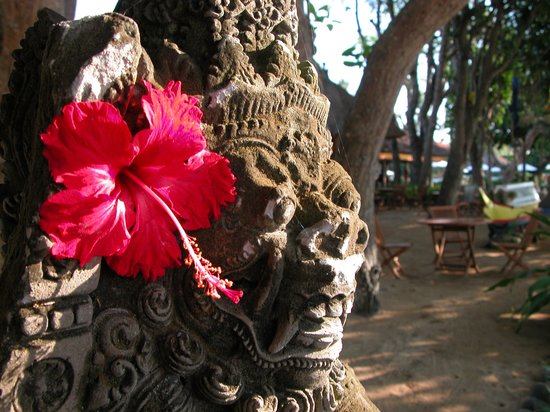 Sanur, Indonesië: As you Walk, Rustic Statues are Everywhere