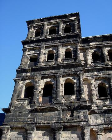 Hotel Aulmann: Close-up of Porta Nigra