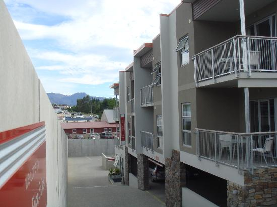 Wanaka Edge Apartments : View of Apartments from the Road