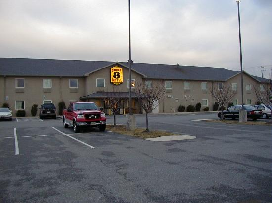 Super 8 Hagerstown/Halfway Area: Motel from the parking lot!