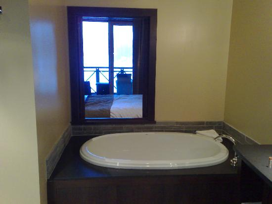 Nita Lake Lodge : Tub with a view