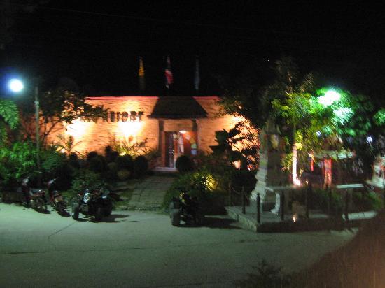 Ko Tao Resort: view of the front at night