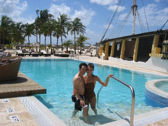 Bucuti & Tara Beach Resort Aruba: Happy Couple in the beautiful pool!!!