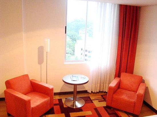 Hotel Poblado Alejandria: Sitting area in hotel room