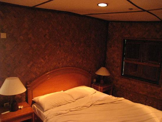 Sari Ater Hotel: Rumah Adat - bed