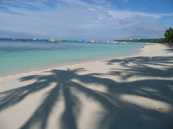 Hotel Isla Boracay-South: An amazing stretch of beach just outside our room